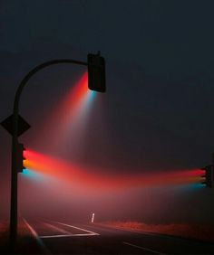أضواء إشارة مرورية خلال الضباب.