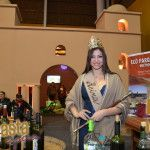 La Reina del Poncho Antonella Tua posó en el stand de Tinogasta