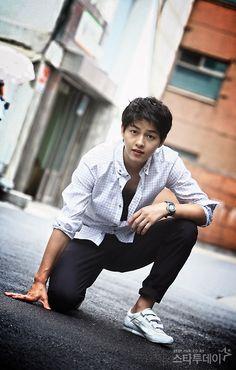 Song Joong Ki Is he wearing velcro tennis shoes? Such an innocent baby faced and… Park Hae Jin, Park Seo Joon, Daejeon, Asian Actors, Korean Actors, So Ji Sub, Song Joong Ki Cute, Soon Joong Ki, Park Bogum