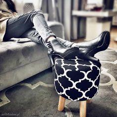 Pufa Koniczyna Maroco Czarno - Biała - 36 cm  W modnym skandynawskim stylu, chociaż nieznacznie ocieplonym kolorem. Prosty, minimalistyczny, drewniany puf zadowoli najbardziej wymagających Klientów. Nasza oferta jest skierowana głownie do dziecięcych pokoi. Pomyśleliśmy również o skandynawskiej idei - minimalizm w domu - za sprawą dodatkowego pokrowca puf dziecinny może przemienić się w szafkę w pokoju rodziców. #puf #siedzisko #design Vintage, Stool, Vintage Comics