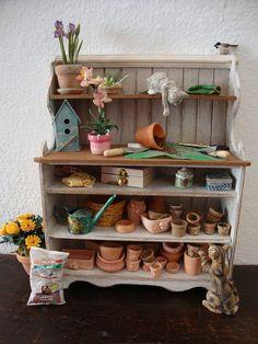 casa de muñecas en miniatura país shabby chic blanco. con estantes de madera natural. en estilo toscano.