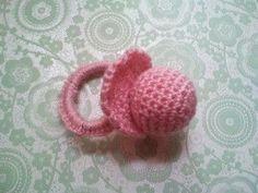 Voici un petit cadeau de naissance tout simple à faire et rapide. Il s'agit d'une petite tétine réalisée avec un crochet n°3,5. Matériel laine de la couleur de votre choix un élastique ou un anneau en plastique une aiguille du rembourrage un crochet adapté...
