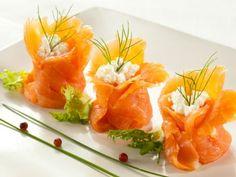 Przepis: Sakiewki z wędzonego łososia z sosem serowym