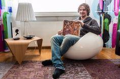 Marko Jylli istuu mielellään Eero Aarnion Pastilli tuolissa, josta hän haaveili jo pienenä poikana. Markon paras ostos huutokaupasta on ollut Helanderilta ostetttu Birger Kaipiaisen taidelautanen, joka maksoi nuorenmiehen melkein koko kuun palkan verran. Kuvassa Artekin Trienna-sohvapöytä, joka on yksi kolmesta uutena asuntoon ostetusta esineestä. Bean Bag Chair, Cool Designs, Furniture, Beauty, Home Decor, Decoration Home, Room Decor, Home Furnishings, Beauty Illustration