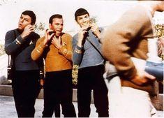 DeForest Kelley, William Shatner e Leonard Nimoy fingono di radersi con i loro phaser sul set di Star Trek, 1968