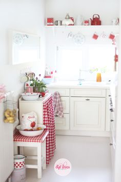 Little cottage kitchen. Cocina en blanco y rojo.