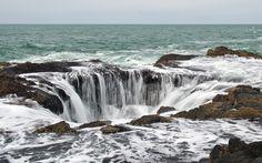 Como una gran fuente de agua salada el Thor's Well, en Oregón, muestra la fuerza y la belleza de la naturaleza.  Un espectáculo que se muestra en todo su esplendor en los momentos en que también es más peligroso: con la marea alta o cuando hay tormenta.  ¡No dejes de viajar!