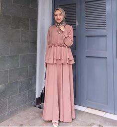 dresses muslim Source by atlantiez Dress Muslim Modern, Muslim Long Dress, Moslem Fashion, Arab Fashion, Dress Brokat Muslim, Modest Fashion, Fashion Dresses, Hijab Mode, Pakistani Dress Design