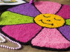 Arte Brasil | Margarida Feliz em Agulha Mágica - Tania Silva Diy Carpet, Rugs On Carpet, Carpets, Rya Rug, Pom Pom Rug, Latch Hook Rugs, Patterned Carpet, Tapestry Weaving, Cross Stitch Flowers