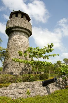 Guatemala lighthouse   Panoramio - Photo of Lighthouse and cannons at Amatique Bay Resort