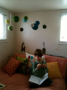 loving those giant yarn balls hanging from the ceiling!