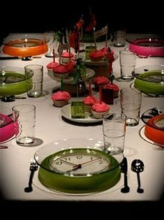 Clocks as chargers for New Year's dinner... (very interesting and fun idea)