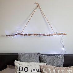 Une suspension lumineuse en branche de bois / Luminous suspension wood branch