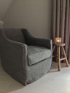 Sfeerbeeld in de master bedroom. Deze draaistoel met linnen bekleding en rug-en zitting van dons zit zaaalig!!! www.molitli-interieurmakers.nl