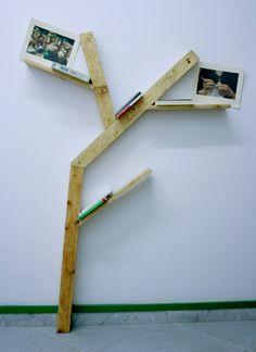 Libreria realizzata con travi ricavate dal recupero di pedane
