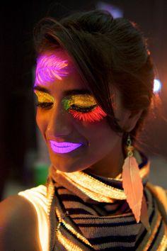 ¡Combina el pintalabios neón con los maquillajes y pinturas flúor, aptas para cuerpo y cara, para conseguir resultados tan asombrosos como éste!