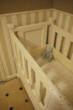 Cuna para bebe con madera de puerta antigua recuperada y tablero de obra
