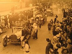 In Sydney wounded soldiers from Gallipoli attended the march in convoys of cars attended by nurses. Ww1 History, Military History, Anzac Day, Lest We Forget, World War One, Vietnam War, Historical Photos, Ww1 Photos, Wwii