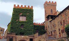 Montescudaio ( Pisa ). La Torre Civica segna l'ingresso al castello medievale. Essa risale al XII secolo nella parte inferiore, ma la parte superiore fu ricostruita intorno al 1850.