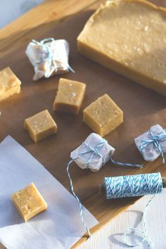 Thermomix ®️️️ Recipe for creamy salt caramel fudge with white chocolate For snacking or giving away. Thermomix ®️️️ Recipe for creamy salt caramel fudge with white chocolate For snacking or giving away. Thermomix Desserts, Healthy Dessert Recipes, Raw Food Recipes, Sweet Recipes, Snack Recipes, Snacks, Easy Easter Desserts, Winter Desserts, Easy Desserts