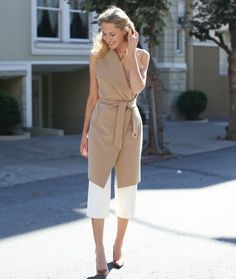 How to Wear a Sleeveless Coat looks & outfits) Street Style 2017, Street Look, Fall Office Outfits, Fall Fashion Outfits, Work Fashion, Ärmelloser Mantel, White Trench Coat, Sleeveless Coat, Wrap Coat
