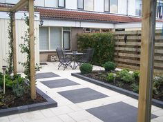 Strakke moderne achtertuin voorzien van pergola's.