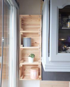 idée de rangement cuisine avec cagette en bois ikéa fixée au mur pour les petits espaces