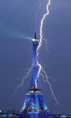 The Eiffel Tower getting struck by lightning! Sep 2011 -- When you think of it, the Eiffel Tower is kind of like a huge lightning rod. Images Cools, Beautiful World, Beautiful Places, Amazing Photography, Nature Photography, Photography Tips, Paris Photography, Photography Lighting, Landscape Photography