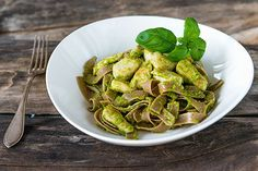 Broileri-pestopasta Pesto, Sprouts, Green Beans, Spinach, Healthy Recipes, Healthy Food, Food And Drink, Vegetables, Koti