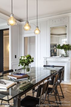 The dining room of this Parisian apartment offers a large dining table. Elegant Home Decor, Glass Dining Table, Modern Dining Table, White Apartment, Farmhouse Interior, Home Decor, House Interior, Large Dining Table, Home Interior Design