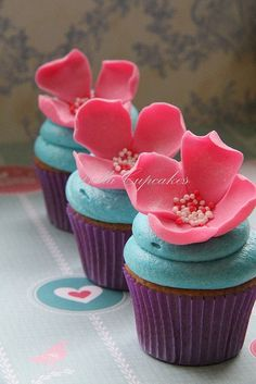 Turquoise and pink wedding cupcakes - love the soft petals #wedding #cupcakes #turquoise #weddingcupcakes #flowers