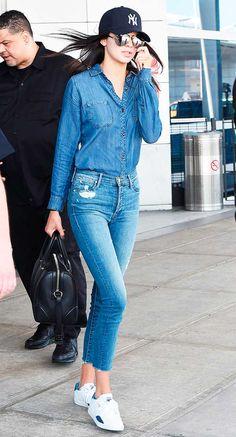 Kendall Jenner com look todo jeans no aeroporto.