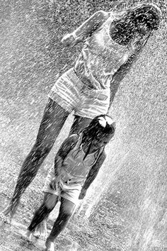 """""""Life isn't about waiting for the storm to pass…it's learning to dance in the rain."""" You should always play in the rain with your kids.those moments are never forgotten and the sheer joy on their faces is priceless! Walking In The Rain, Singing In The Rain, Rainy Night, Rainy Days, Cool Umbrellas, I Love Rain, Image New, Rain Go Away, Under The Rain"""