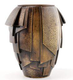 Albert Cheuret (1884-1966), vase en bronze patiné partiellement martelé, épreuve à patine mordorée. Il dévoile une influence cubiste .Lié à l'art nègre, il évoque les tissus aux motifs asymétriques réalisées en écorce battue par des ethnies d'Afrique équatoriale.