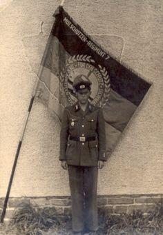 Datei:Motschuetzenregiment 7.tif.jpg. Das Foto vor der Truppenfahne,eine der höchsten Auszeichnung in der NVA