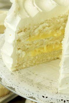 Nuestro sabor del mes es verdaderamente delicioso: pastel con delicado sabor a limón, relleno de crema ligera de limón y betún de merengue de limón ¡No dejes de probarlo!