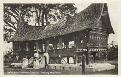It shows a beautiful view of Minangkabau House. Sumatra or Indonesian collection. Sumatra, Indonesian or Asian collection complete. Padang in the period So it is about 80 yearsOLD. Vintage Pictures, Old Pictures, Anglo Dutch Wars, Minangkabau, Dutch East Indies, Padang, Cheap Hotels, Architectural Features, Photo Postcards