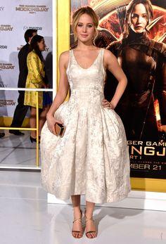 Jennifer Lawrence usa par de salto alto maior que seu pé em première de filme
