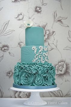 Lovely turquoise wedding cake by Measelle Measelle Lions Finest Cakes! Schoenfeld Dudley Please, please, PLEASE do this if you're still into the aqua/turquoise wedding color idea. White not turquoise white Beautiful Wedding Cakes, Gorgeous Cakes, Pretty Cakes, Amazing Cakes, Ruffle Cake, Ruffles, Blue Cakes, Fancy Cakes, Love Cake