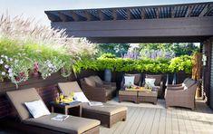 Une terrasse plein ouest est un parfait lieu de convivialité sublimé par les couleurs chaudes, un mobilier confortable et une protection contre le vent.