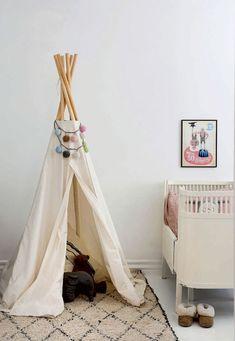 Der bliver både læst bøger og fortalt gyserhistorier i den fine tipi, hvor bamserne også bor. Plakaten over sengen er fra michellecarlslundshop.com