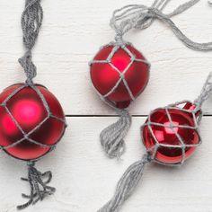 Makramé är ett enkelt och vackert sätt att hänga upp julgranskulor på - superenkelt, och ännu enklare med steg-för-steg-instruktioner.