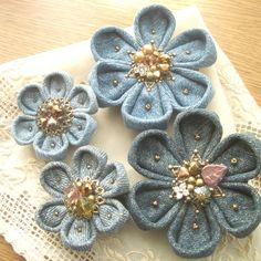 Džíska blue garden 3 intrigued by these flowers – Artofit Fabric Flower Brooch, Fabric Roses, Fabric Ribbon, Fabric Art, Fabric Crafts, Sewing Crafts, Denim Flowers, Leather Flowers, Denim Art