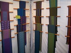 Display from Pamela Whitlock of Sosumi Weaving featured on ArtsBusinessInstitute website. Simple and using gravity!