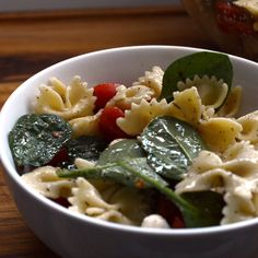 Say hello to a fresh spinach, tomato and mozzarella pasta salad, a wonderfully flavorful hybrid between a classic spinach salad and a lightly dressed summertime pasta salad. Salad Recipes Video, Pasta Salad Recipes, Healthy Salad Recipes, Vegetarian Recipes, Fresh Spinach Recipes, Hello Fresh Recipes, Pasta Salad With Spinach, Mozzarella Salat, Foodies