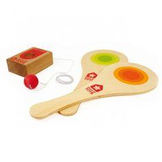Jeu de raquettes en bois avec socle en hêtre massif relié à une balle (Ø4 cm) par un élastique de 2 m de longueur. Plus on frappe fort avec la raquette en bois, plus la balle en caoutchouc attachée au socle, part et revient à toute vitesse. On peut jouer seul, ou à deux. Pour s'amuser en famille ou entre amis tout en développant agilité et coordination.