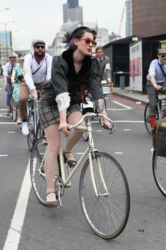 The perfect pout: cycling in heels at the London Tweed Run 2014, photo by @Vintage To Runway