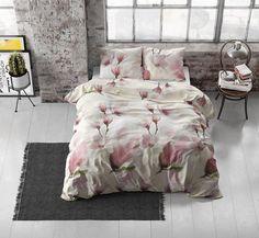 Wit dekbedovertrek met kleurrijke print van prachtige roze bloemen. Dit stijlvolle dekbedovertrek voegt subtiel kleur toe aan de slaapkamer. Comforters, Blanket, Prints, Lush, Creature Comforts, Quilts, Blankets, Cover, Bed Covers