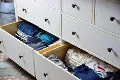 IKEA Hemnes als Wickelkommode mit Wickelaufsatz und Wickelauflage Baby Time, Table, Enorm, Furniture, Home Decor, Life Hacks, Profile, Neutral Baby Rooms, Ikea Dresser