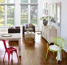 Este moderno aparador con tres cajones y puertas fabricado en madera de mango pertenece a la colección Hampton, una linea con acabados muy naturales.